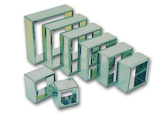 Jeu de 8 découpoirs carrés unis.