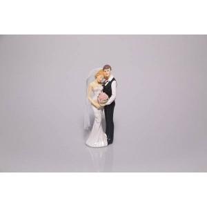 Couple de mariés tourbillonant