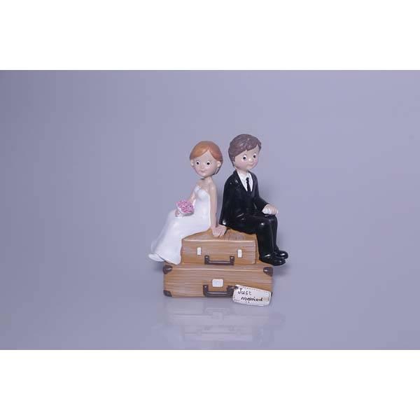 Couple de mariés sur valise